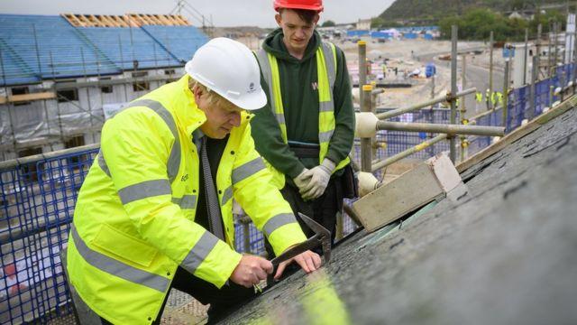 英国首相约翰逊在峰会之前走访康沃尔房屋建筑施工现场。(photo:BBC)