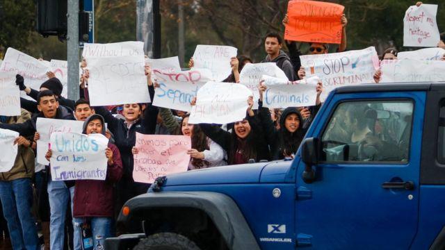 Un grupo de estudiantes de la secundaria de Paso Robles (California) protestaron a las afueras de las instalaciones durante su pausa de recreación.