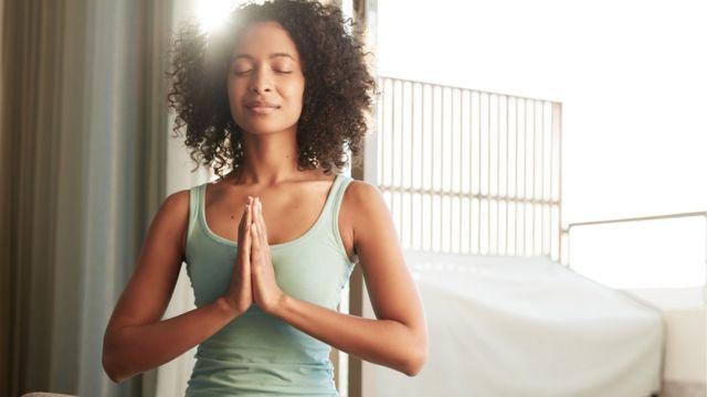 una joven medita.