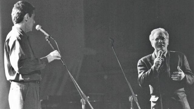 Chico e Enzo no palco, em foto preto e branca