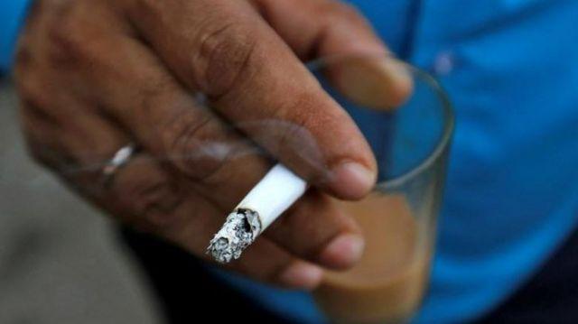 Hindistan'da sigara içen bir kişi