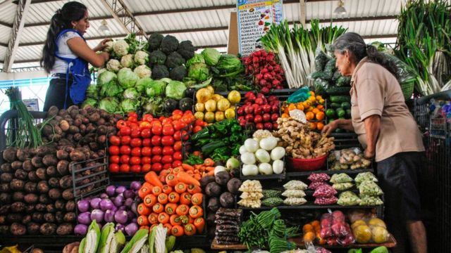 Mujeres en un mercado en Ecuador.