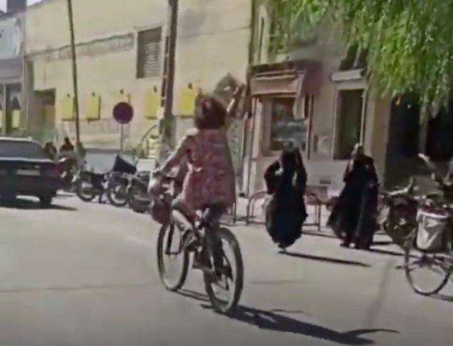 تصویری از ویدئوی منتشر شده از زن دوچرخه سوار
