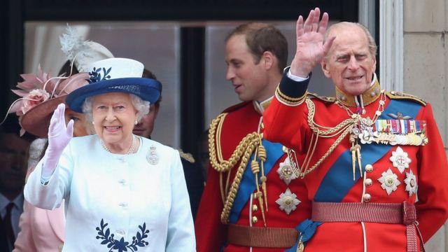 Hoàng tế Philip (bìa phải) và Nữ hoàng Elizabeth II