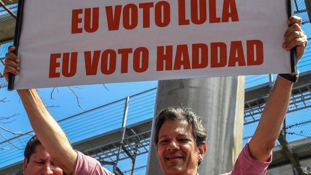 Fernando Haddad levanta placa com os dizeres: 'Eu voto Lula, eu voto Haddad'