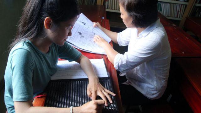Một cô gái khiếm thị viết chữ nổi Braille