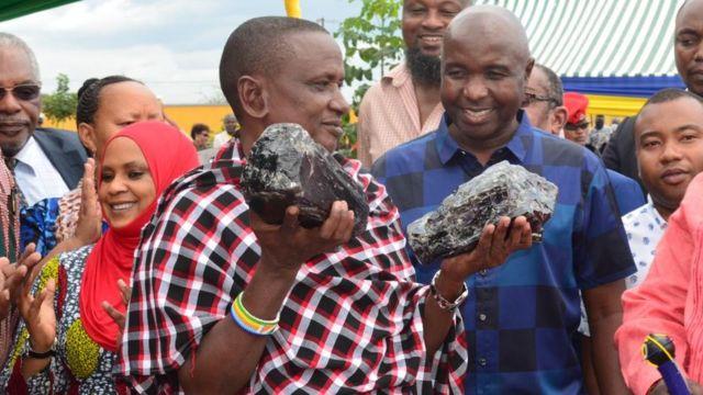 Saniniu Laizer con las dos rocas de tanzanita que halló.