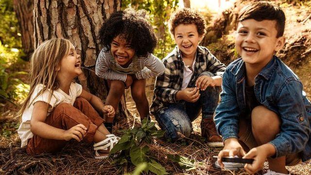 जंगल में खेलते हुए बच्चे