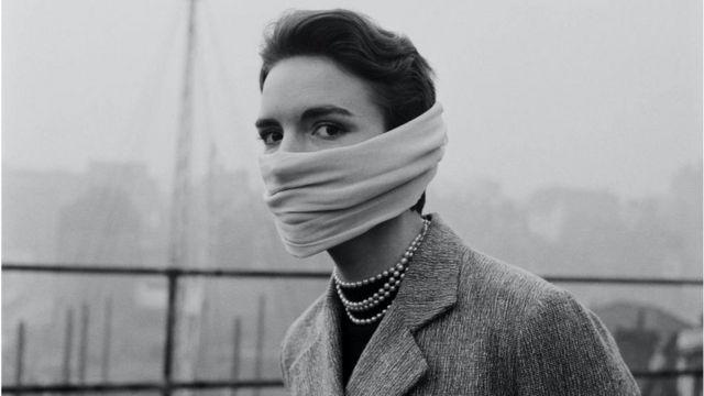 Mulher usando máscara contra o smog