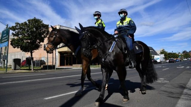 Hai cảnh sát trên lưng ngựa ở phía tây Sydney