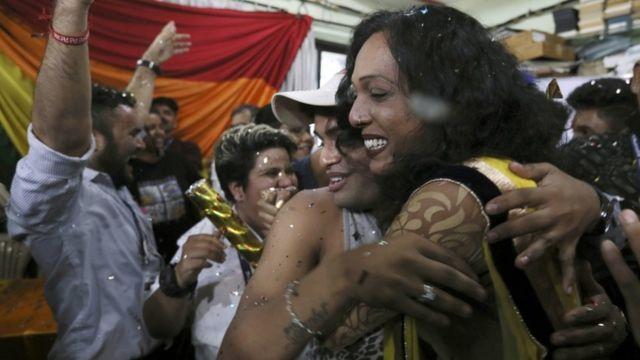 نشطاء يتحتفلون في مومباي