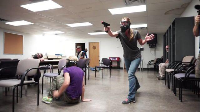 Imagem mostra professora armada durante treinamento