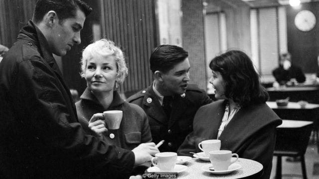 kafede sohbet eden gençler