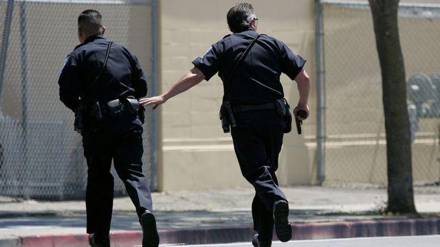 Policías corriendo en un simulacro