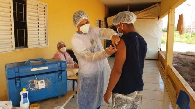 Um homem da comunidade kuikuro recebe uma vacina contra covid