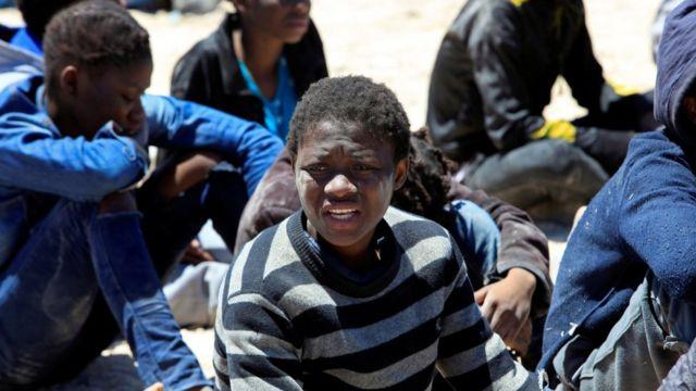 欧州を目指し地中海を渡ろうとしてリビア当局に止められた人々(16日、リビア・トリポリで)