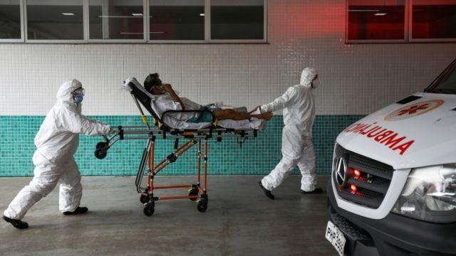 Paciente con covid es llevado a un hospital
