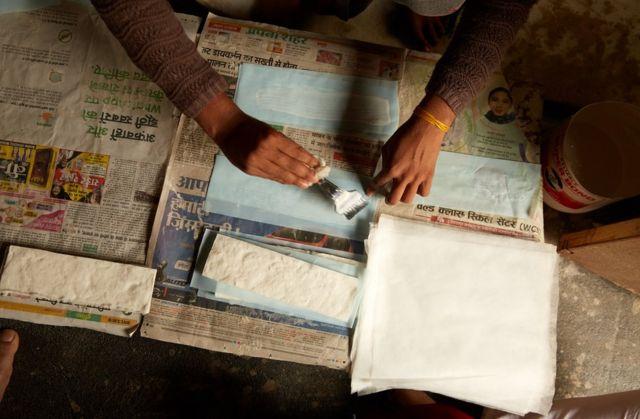 Mujeres haciendo compresas sanitarias.
