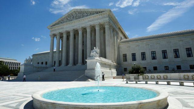 شعبه نهم دادگاه تجدید نظر در عین حال اجرای این حکم را به تعویق انداخته است