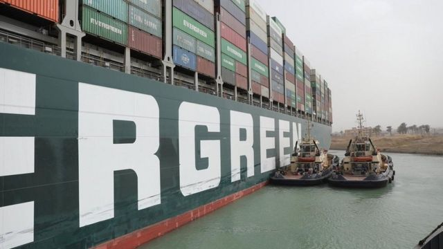 Tug boats try to move the Ever Given, a container ship blocking the Suez Canal (25 March 2021)