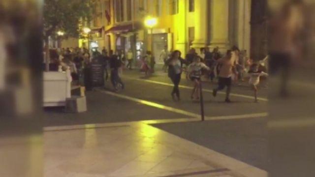 現場から逃げる人たちを映したビデオ