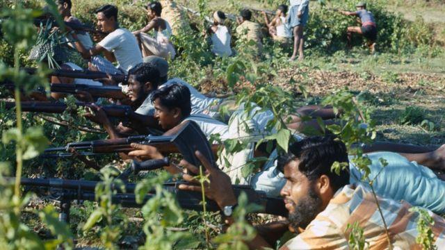 Homens seguram armas em foto tirada em Bangladesh em 1971
