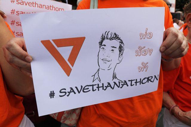 กลุ่มผู้สนับสนุนมาให้กำลังใจ ธนาธร ในวันที่เจ้าตัวไปรายงานตัวที่ สน.ปทุมวัน