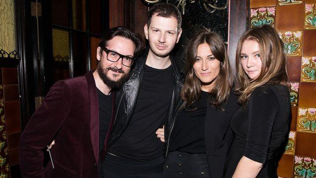 Anna Sorokin (à direita), conhecida na época como Anna Delvey, durante um evento de moda em Nova York em 2014
