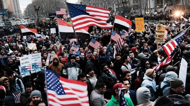 محتجون أمريكيون خرجوا للشوارع للتظاهر ضد سياسات ترامب