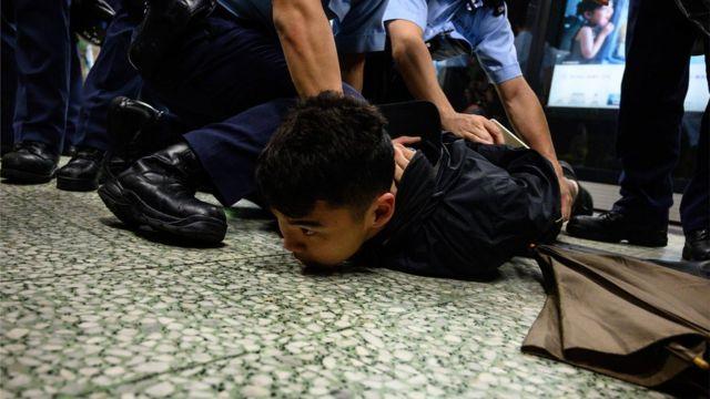 港铁被指协助警方对付示威者。