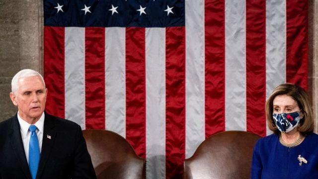 El vicepresidente, Mike Pence, junto a Nancy Pelosi, presidenta de la Cámara de Representantes del Congreso.