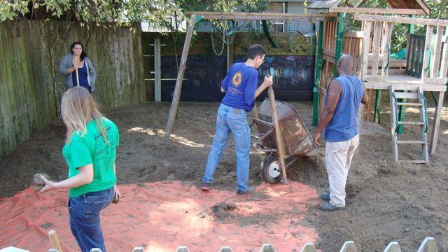 Limpeza de área recreativa em Nova Orleans, no qual foi colocado um geotêxtil e, em seguida, uma camada de solo