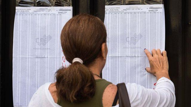 Una mujer busca su nombre en el registro de electores en Venezuela.