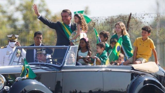 Jair Bolsonaro com crianças em carro durante manifestação em Brasília