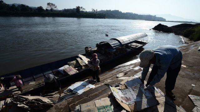 ประชาชนจากฝั่งลาว ขนกระดาษที่ไม่ใช้แล้วข้ามมาขายยังประเทศไทย เนื่องจากที่ประเทศลาวไม่มีร้านรับซื้อ