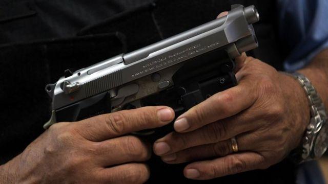 Una mano sosteniendo un arma