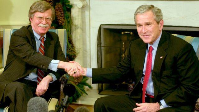 2006年12月4日美国时任总统布什(右)和时任驻联合国大使伯尔顿在白宫