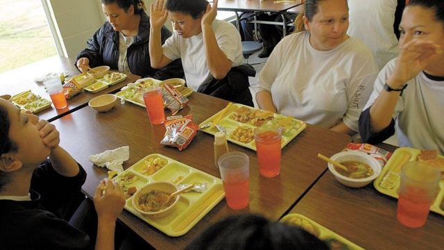 写真は2002年1月、カリフォルニア州の矯正施設で。