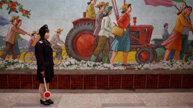 Một nữ cảnh sát đứng trước ga tàu điện ngầm Puhung, cũng là một hầm tránh bom hạt nhân, ở Bình Nhưỡng. Ảnh chụp ngày 2/4/2011