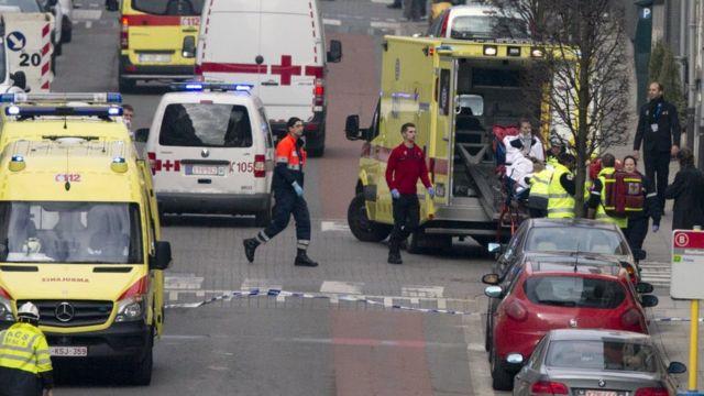 地下鉄駅の外に集まった救急車両