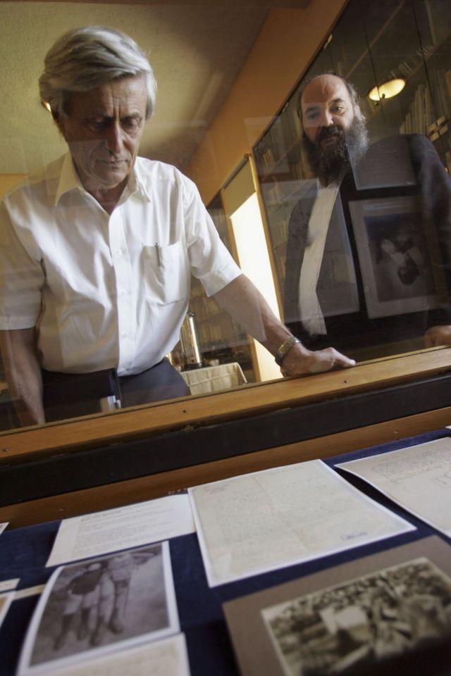 پروفسور گوتفروند (سمت چپ) با نامههای اینشتین در دانشگاه عبری بیتالمقدس