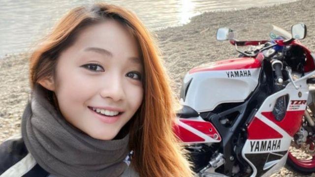 Foto de una mujer joven con su motocicleta en Twitter: @azusagakuyuki