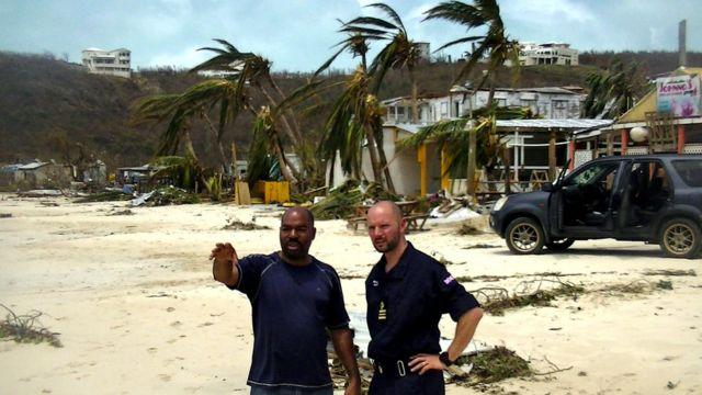Un oficial de la Real Fuerza Aérea coordina esfuerzos con un miembro de la organización de rescate de desastres de Anguila