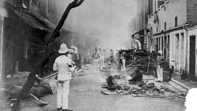 Brigada quema artículos del hogar en la calle de Hong Kong