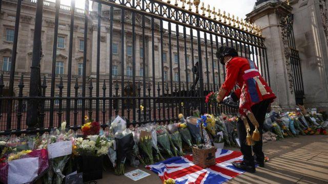 زهور وبطاقات تعزية وضعها أفراد من الجمهور عند بوابة قصر باكنغهام