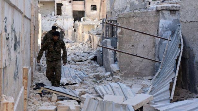 عناصر تابعة للقوات السورية تتفقد الأحياء التي تم السيطرة عليها شرقي حلب