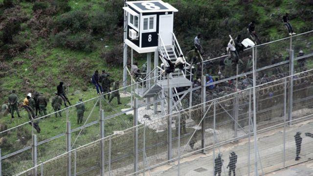 نشرت صحيفة إلفارو دي سبتة مقاطع مصورة لعبور عشرات المهاجرين السياج السلكي