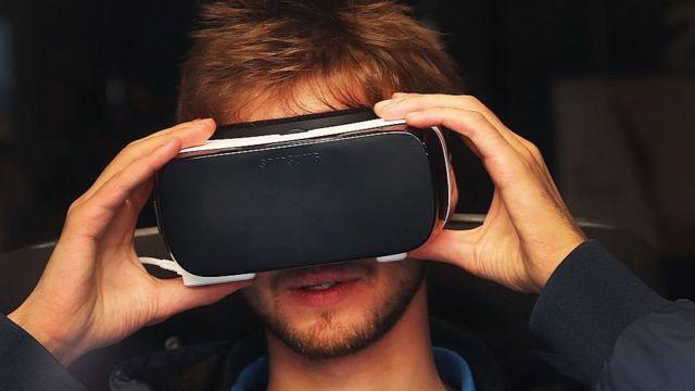 Note 7 en un equipo de realidad virtual.