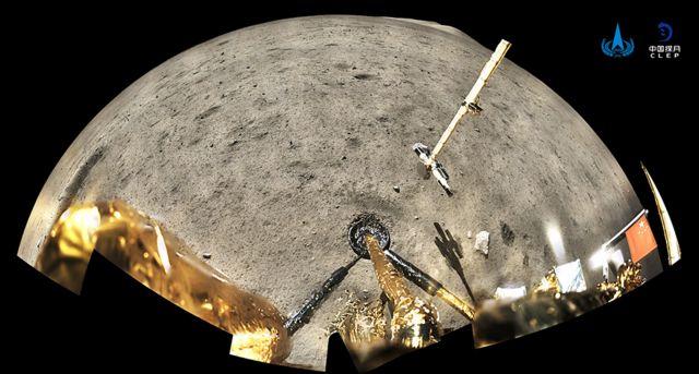 چانگ ۵ در منطقه شمالغربی ماه فرود آمد. پرچم در این تصویر در سمت راست دیده میشود