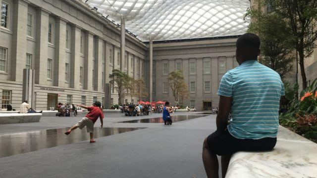 Jovem do Zimbábue pede asilo nos EUA para fugir de discriminação